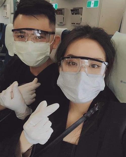 Không ít người sắm kiểu kính bảo hộ sành điệu để diện trên máy bay.