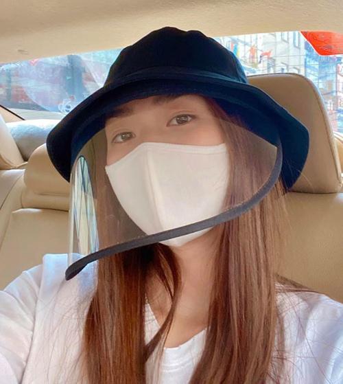 Diệp Bảo Ngọc diện mốt mũ bucket với phần vành nhựa trong che mặt đang gây sốt. Khi đội mũ, cô vẫn đeo khẩu trang để tránh tiếp xúc với nước bọt của người đối diện.