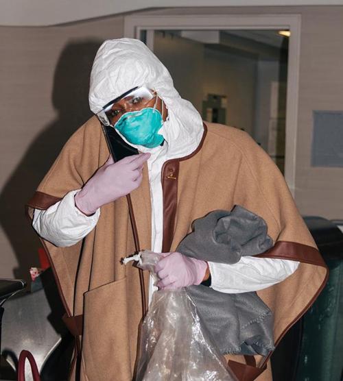 Từ lúc di chuyển trong sân bay cho đến tận lúc lên xe hơi riêng, cô vẫn trùm mũ, đeo khẩu trang, kính bảo hộ và găng tay chẳng khác gì đang đi vào vùng dịch.