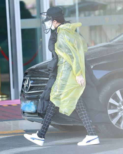 Ngôi sao Trung Quốc Dương Tử tạm rời hình ảnh sành điệu thường lệ để chuyển sang mặc áo mưa, đội mũ phòng dịch.
