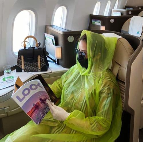 Cách phòng dịch của Vân Shi tưởng như kỳ cục nhưng không phải chuyện hiếm. Trước đó, Quế Vân cũng sẵn sàng ngồi trên máy bay khoang thương gia với bộ đồ phòng hộ kỹ lưỡng gồm khẩu trang, áo mưa và găng tay. Nữ ca sĩ cho biết cô sẵn sàng bị nói là hâm để bảo vệ sức khỏe bản thân.