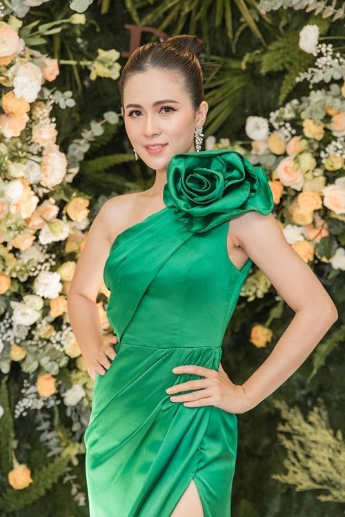 Diễn viên Thùy Trang mặc đầm xanh xẻ đùi, đính hoa 3D cầu kỳ ở vai.