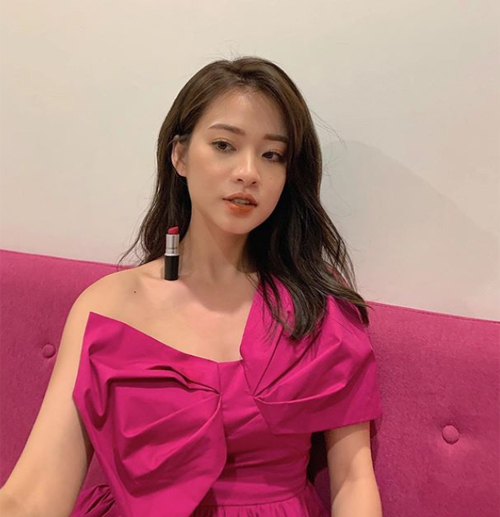 Hot girl Trương Hoàng Mai Anh đua trend với cây son Mac.