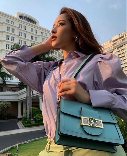 Dù mặc cây đồ theo phong cách sến với màu sắc, chất liệu đều khó nhằn, Chi Pu vẫn được khen phong cách. Fan nhận xét thần thái cô ngày càng sang chảnh, giúp mọi trang phục đều trở nên bắt mắt hơn.