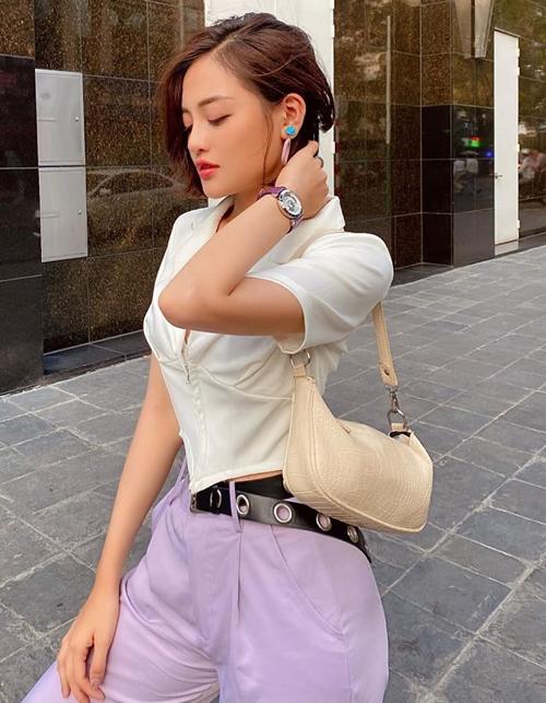 Các người đẹp thường phối item tông tím với trang phục, phụ kiện cá tính để gam màu cổ điển này trông hiện đại hơn.