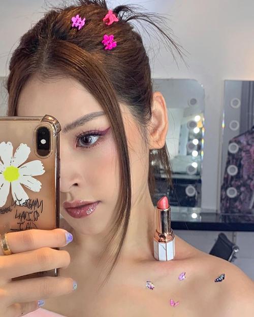 Trào lưu đặt son lên xương quai xanh được khởi xướng trên mạng xã hội Trung Quốc, sau đó Chi Pu là mỹ nhân Việt đầu tiên hưởng ứng. Với cách này, các cô gái vừa tôn được bờvai thon thả, vừa khoe thỏi son sang, xịn.