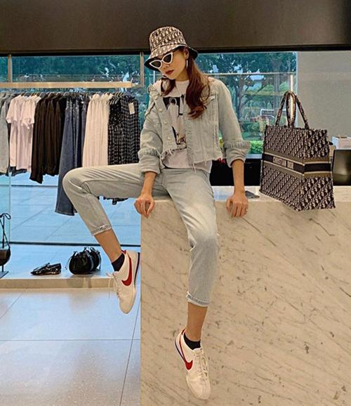 Thanh Hằng là một tín đồ của Dior nên không ngại chi số tiền lớn để sắm các sản phẩm trendy của hãng. Mũ bucket giống cô đang được bán với giá 680 USD (gần 16 triệu đồng), với họa tiết chữ D đặc trưng của Dior.