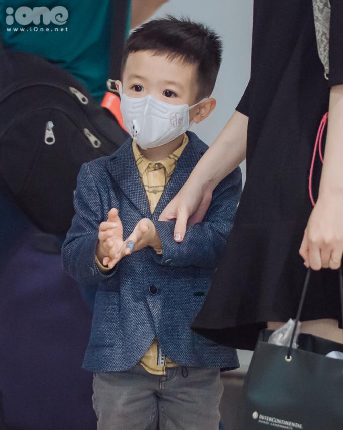 <p> Con trai Văn Quyết cũng có mặt ở sân bay Nội Bài để đón chú.</p>