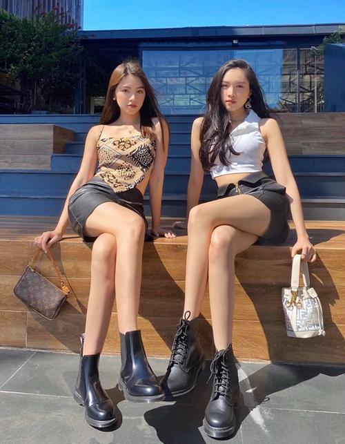 Jolie Nguyễn và Thanh Thanh Huyền mix đồ kiểu sinh đôi. Cả hai đều diện croptop, váy ngắn và boots khoe dáng chuẩn và vẻ cá tính đậm chất Tây.