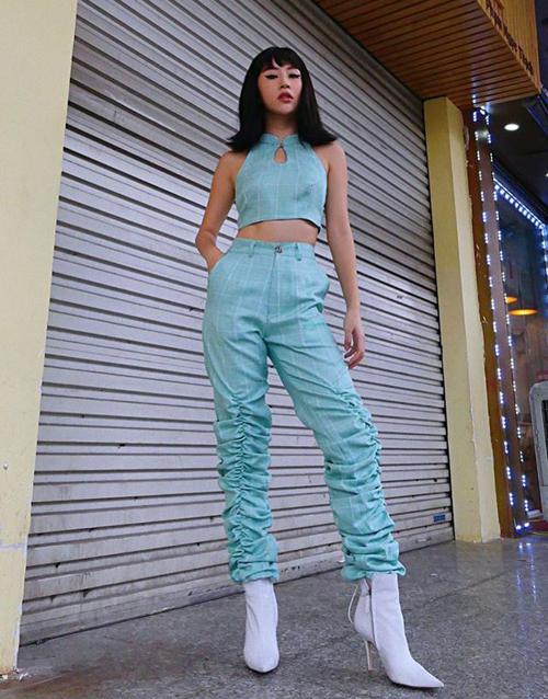 Quỳnh Anh Shyn vừa trở lại với màu tóc đen sau thời gian gắn bó cùng tóc tẩy màu nổi. Hot girl vẫn trung thành cùng phong cách retro.