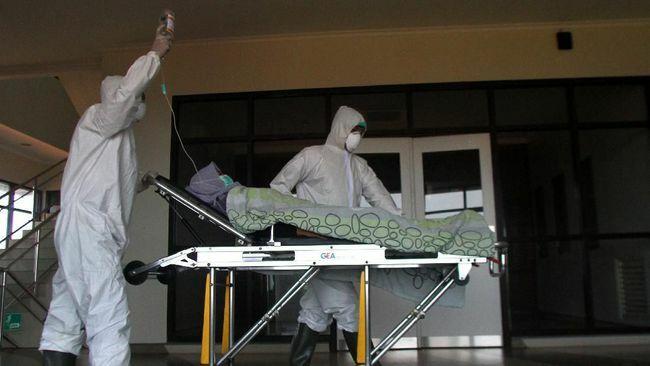 Nhân viên y tế đưa bệnh nhân vào bệnh viện Lavalette, Malang, Đông Java. Ảnh: CNN.