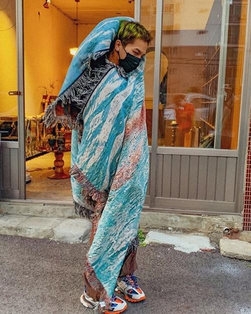 Mino (Winner) trùm khăn ra phố theo phong cách độc đáo.