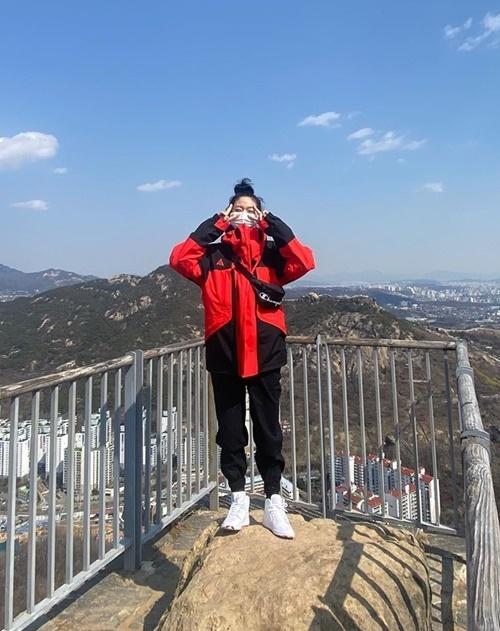 Seol Hyun đóng bộ thể thao khỏe khoắn đi leo núi nhưng vẫn không quên đeo khẩu trang.
