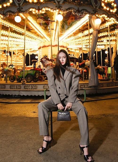 Jessica khoe thần thái quyền lực dẫu chụp ảnh bên vòng đu quay thiếu nhi.