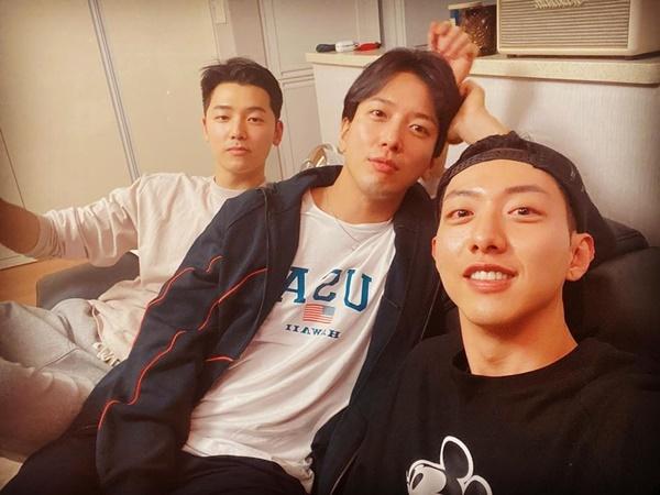 3 thành viên còn lại của CNBLUE hội tụ tại nhà Yong Hwa sau khi lần lượt xuất ngũ. Lee Jong Hyun đã rời nhóm hồi năm ngoái sau scandal nhóm chat tình dục của Jung Joon Young.