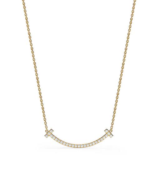 Đây là thiết kế Smile Pendant của hãng trang sức cao cấp Tiffany & Co, với kiểu dáng mô phỏng hình mặt cười, trên mặt có đính kim cương. Giá của item này là 4.200 USD (khoảng 106 triệu đồng).