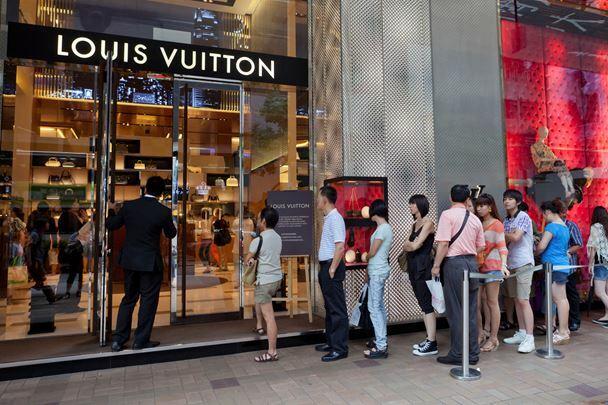 Lượng mua hàng hiệu sụt giảm mạnh trong bối cảnh dịch lan rộng.