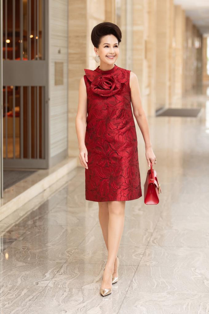 <p> Diễm My lăng xê những dáng váy rộng khi tiết trời miền Nam đang trở nên oi bức hơn. Nữ diễn viên sở hữu một loạt 6 màu với cùng một thiết kế mới nhất của Đỗ Mạnh Cường.</p>