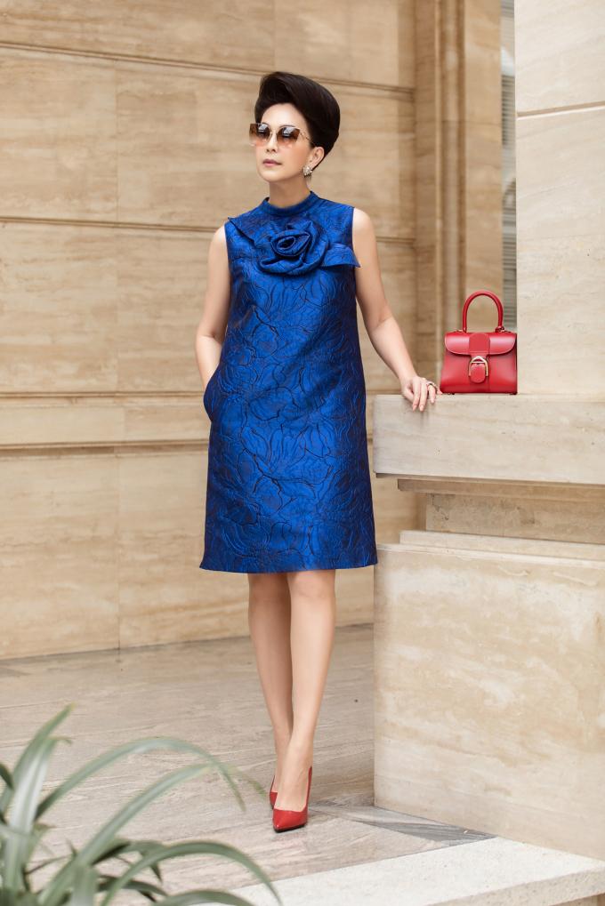 <p> Xuống phố, Diễm My kết hợp mỗi màu với phụ kiện khác nhau. Trang phục màu xanh được nữ diễn viên mix phụ kiện màu đỏ nổi bật, trong đó có túi Delvaux, giày YSL. Hai sắc màu này khá khó để phối cùng nhau nhưng trông tổng thể của nữ diễn viên vẫn hài hoà.</p>