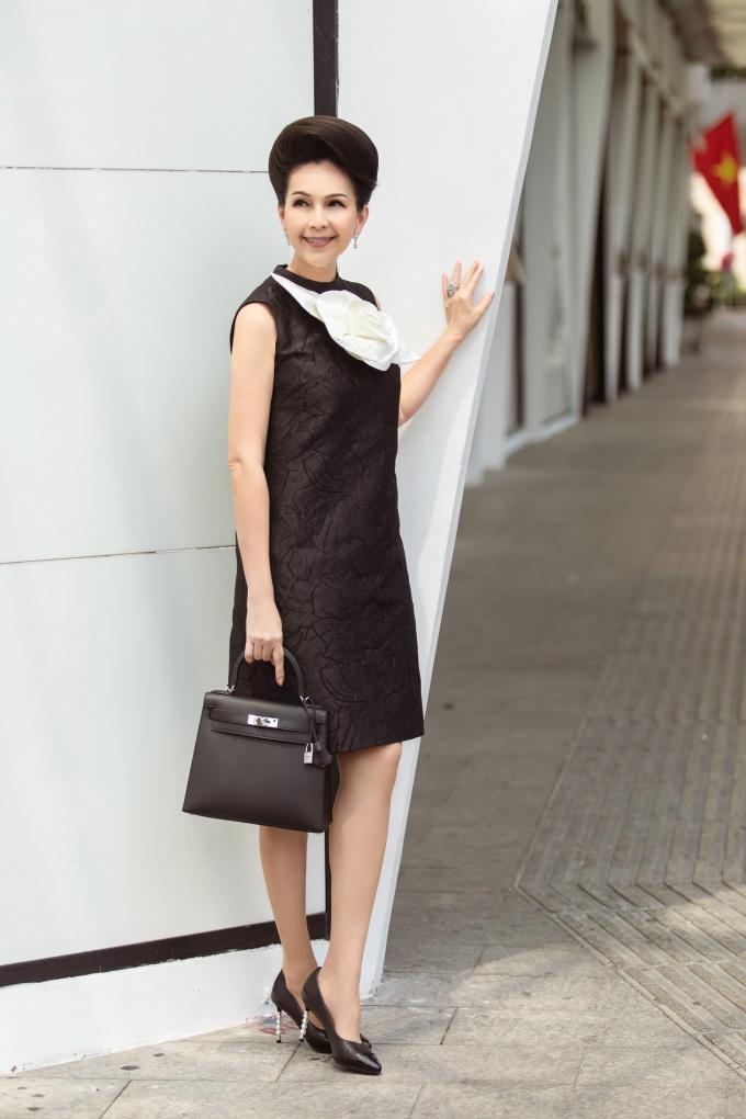 <p> Mẫu váy màu đen, hoa trắng được phối cùng túi Kelly Hermes, kính gọng tròn to bản, giày Chanel đồng điệu sắc đen.</p>
