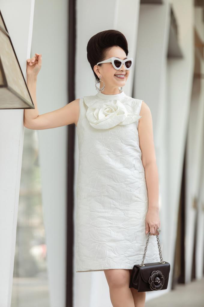 <p> Màu trắng trẻ trung được nữ diễn viên phối cùng túi nhỏ có họa tiết hoa bắt mắt. Mắt kính với hai tông màu đối lập, hoa tai ánh bạc, giày YSL đồng điệu sắc trắng càng tôn lên sự trẻ trung cho Diễm My.</p>