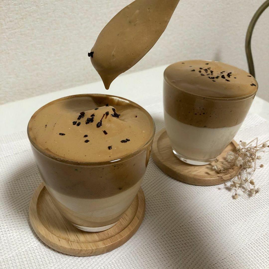 Nhiều người rắc thêm socola chip để hương vị cà phê thêm đậm đà, hấp dẫn.
