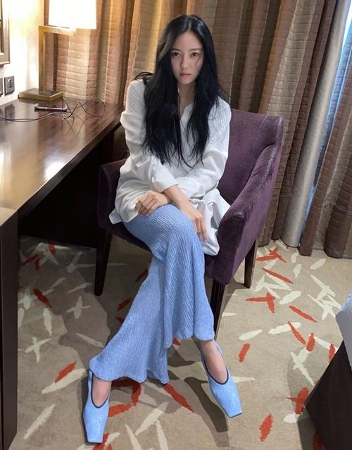 Hyo Min phối đồ trắng - xanh dương nhẹ nhàng.