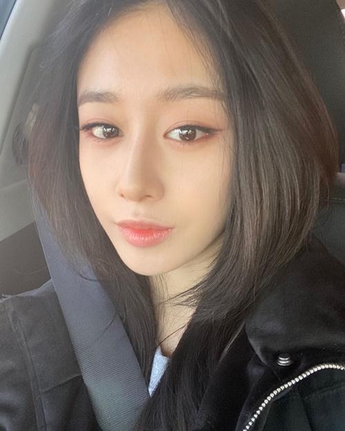 Park Ji Yeon khoe nét đẹp mong manh với đôi mắt ướt đượm buồn.