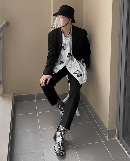Kelbin Lei chứng minh đẳng cấp với bộ trang phục phối hai màu trắng đen, ăn ý tuyệt đối cùng chiếc mũ.