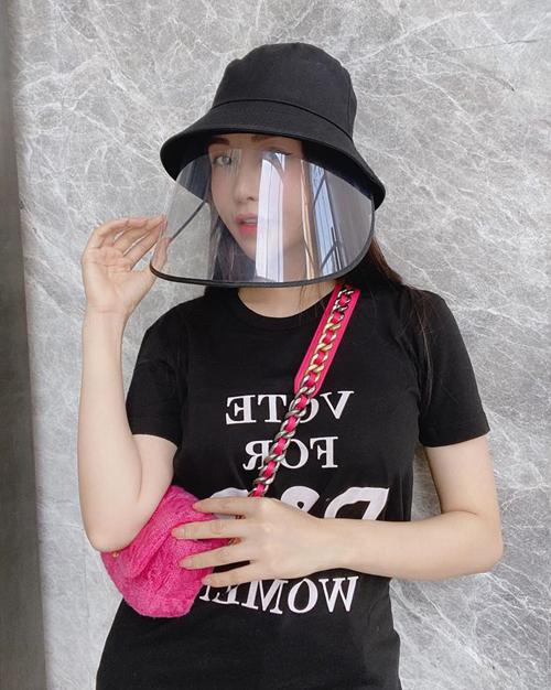 Nón bucket đơn giản cũng giúp Hoa hậu Lam Cúc thêm chất khi xuống phố.