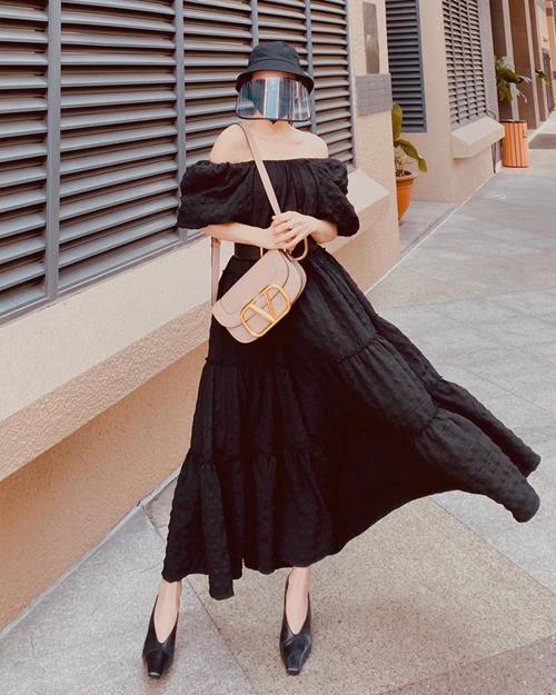 Phần vành che mặt bằng nhựa trong của mũ tăng độ sành điệu cho set đồ của Trà Ngọc Hằng. Cô trông ra dáng fashionista khi mặc váy điệu đà nhưng vẫn bảo vệ sức khỏe tốt.