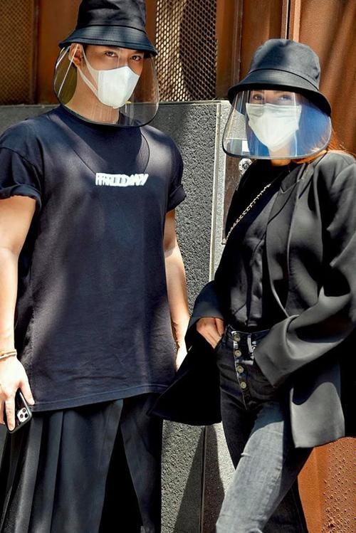 Kiểu nón phòng dịch như Hà Hồ và Lý Quí Khánh đang diện là hot trend trên mạng xã hội vài tuần gần đây. Từ một món phụ kiện để hạn chế tiếp xúc với nước bọt của người đối diện, chiếc mũ trở thành item mới khoe độ sành điệu.
