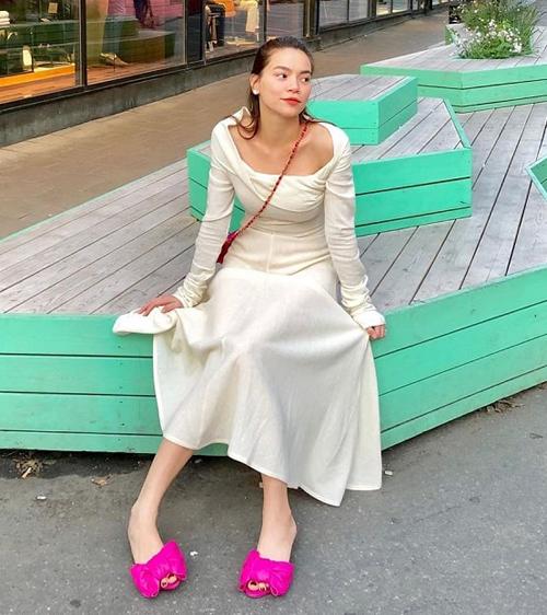 Chỉ cần một đôi sandals hồng, Hồ Ngọc Hà lập tức có diện mạo sáng bừng đậm chất tiểu thư.
