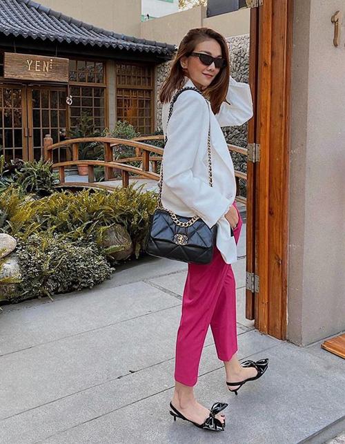Thanh Hằng vốn chuộng phong cách menswear giờ cũng không thể khước từ độ sành điệu của tông hồng. Cô tinh tế khi mặc bộ trang phục chỉ có ba màu: hồng, đen, trắng.