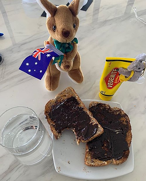 Bữa sáng và món quà là con kangaroo nhồi bông cầm cờ Australia do các nhân viên khu cách ly chuẩn bị cho vợ chồng Tom Hanks.