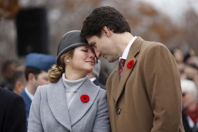 """<p> <strong>Sophie Trudeau</strong></p> <p> Vợ Thủ tướng Canada, bà Sophie Gregoire Trudeau xét nghiệm dương tính nCoV hôm 12/3. Sau khi phát hiện, bà đã được cách ly và tuân thủ các biện pháp phòng ngừa. Bà chỉ có các triệu chứng nhẹ. Thủ tướng Justin Trudeau có sức khỏe tốt nhưng vẫn chủ động cách ly sau khi biết tin vợ nhiễm bệnh.</p> <p> Trước khi phát hiện, ngày 4/3, bà Sophie Trudeau tham dự sự kiện Wembley Arena We Day, gặp gỡ nhiều người. Tại đây, bà cũng tiếp xúc với nam diễn viên Idris Elba. Hôm nay, Elba đăng video lên trang cá nhân ám chỉ đã <a href=""""https://ione.net/tin-tuc/sao/us-uk/idris-elba-am-chi-minh-bi-nhiem-ncov-tu-vo-thu-tuong-canada-4070917.html"""" rel=""""nofollow"""">lây bệnh</a> từ phu nhân Thủ tướng Canada.</p>"""