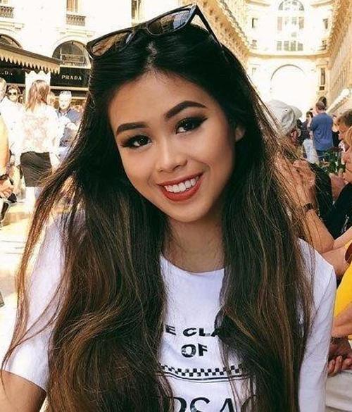 Hàm răng trắng đều cũng là điểm cộng giúp nụ cười của hot girl thêm hoàn hảo.