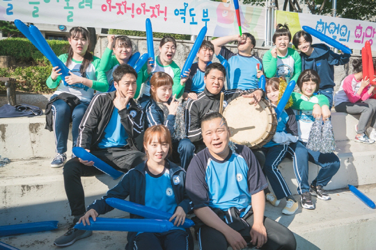 Moon Ji Yoon đóng vai đàn anh Sang Chul của Kim Bok Joo trong Tiên nữ cử tạ, là người cầm trống trong hình.