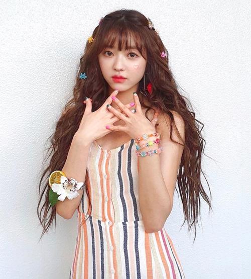 Kẹp tóc bươm bướm mini đậm chất nhi đồng làm tăng thêm vẻ ngọt ngào, tươi trẻ cho YooA (Oh my girl).