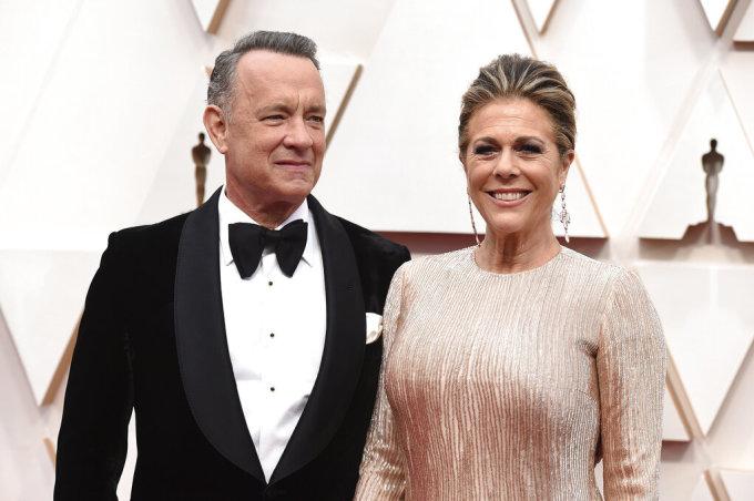 <p> <strong>Tom Hanks và Rita Wilson</strong></p> <p> Hai vợ chồng cặp sao là những người nổi tiếng đầu tiên thông báo nhiễm nCoV. Hanks và Wilson phát hiện bị bệnh khi đang ở Australia. Tom Hanks phải bỏ dở bộ phim đang chuẩn bị bấm máy để cùng vợ đi cách ly. Cặp diễn viên có các triệu chứng mệt mỏi, sốt nhẹ và đau nhức cơ thể. Tất cả người từng tiếp xúc với họ đều phải xét nghiệm hoặc tự cách ly.</p> <p> Sau 5 ngày, hiện vợ chồng Hanks đã xuất viện và tự cách ly tại một căn nhà thuê ở Australia. Sức khỏe hai người vẫn tốt. Việc Tom Hanks tự thông báo bị bệnh đã truyền cảm hứng cho Idris Elba làm hành động tương tự.</p>