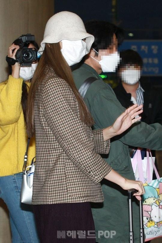 Khi xuống sân bay, Tzuyu che chắn cẩn thận với khẩu trang và mũ. Cô nàng có tâm trạng tốt, tuy không lộ mặt nhưng thường xuyên bắn tim, vẫn tay thân thiện trước ống kính.