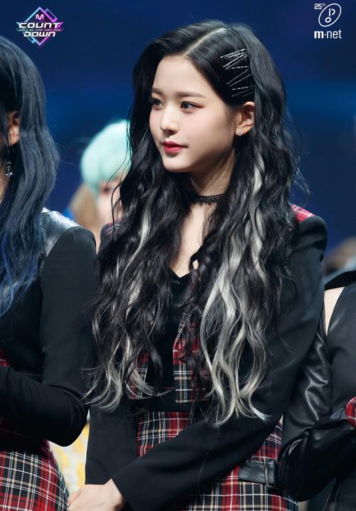 Chỉ sử dụng hàng loạt kẹp tăm đơn giản, Won Young (IZONE) vừa gây ấn tượng cho mái tóc của mình, vừa giữ được dáng tóc khi biểu diễn.