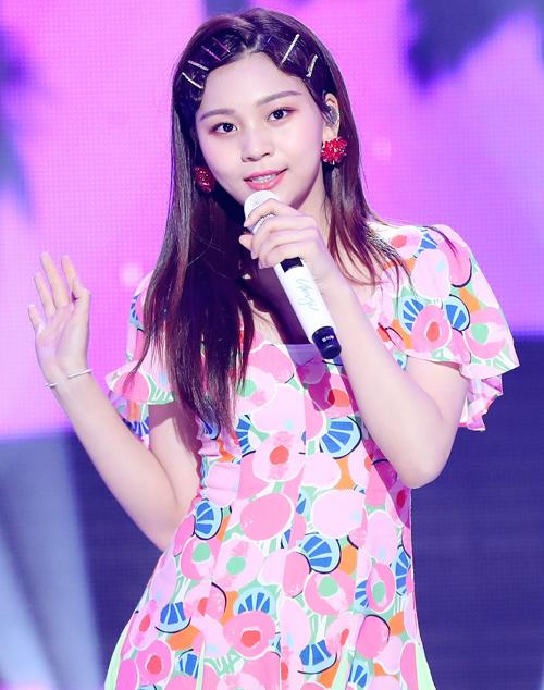 Hình ảnh kẹo ngọt, dễ thương của Um Ji (GFriend) được tô đậm với kẹp tăm lấp lánh đầy màu sắc.