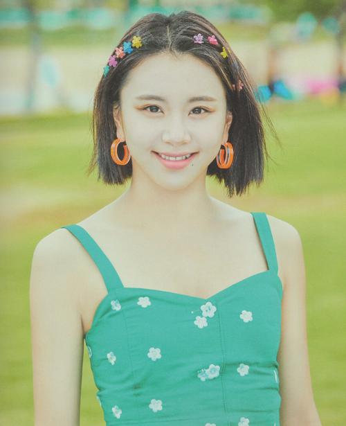 Mẫu kẹp tóc nhỏ mà có võ giúp công chúa dâu tây Chae Young (Twice) khoe vẻ đẹp tươi trẻ đầy sức sống.