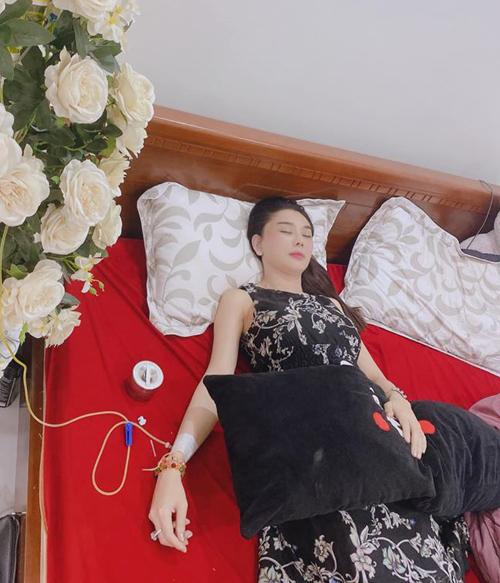 Lâm Khánh Chi tiết lộ bị kiệt sức nên phải truyền dịch ở nhà. Cô cảm thấy may mắn vì luôn có ông xã bên cạnh chăm sóc.