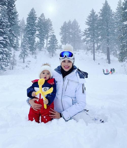 Phạm Hương và con trai mặc đồ ấm áp tạo dáng giữa trời tuyết. Cậu nhóc Maximus được khen ngày càng kháu khỉnh.