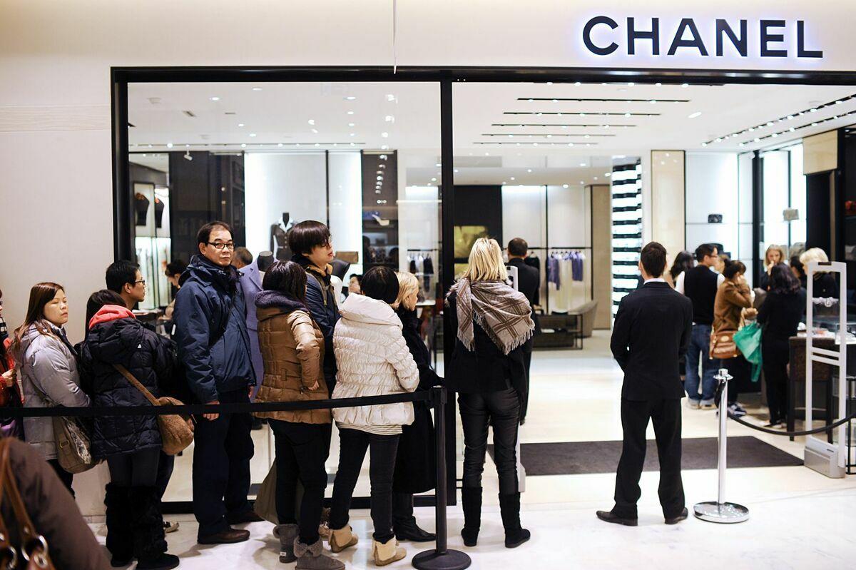Khung cảnh mua sắm nhộn nhịp trước đây ở cửa hàng Chanel.