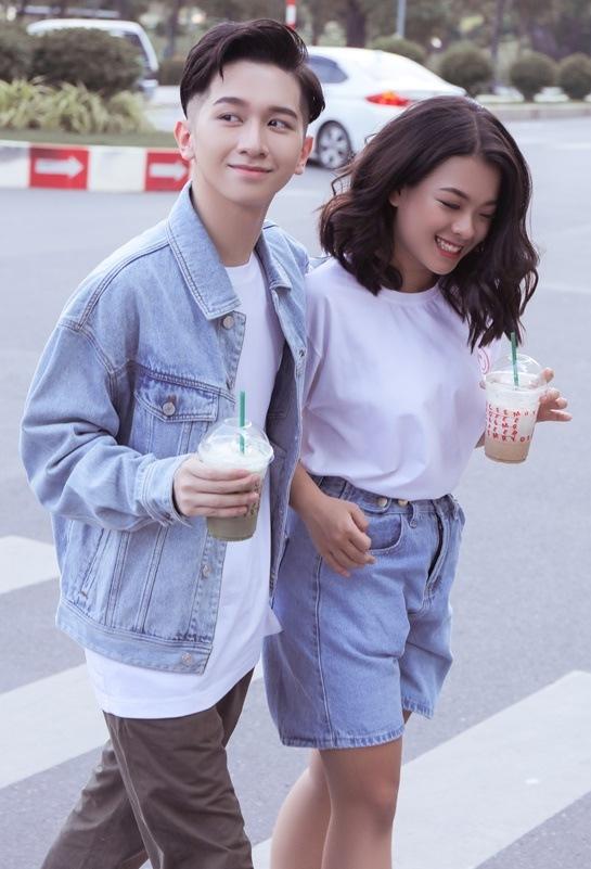 <p> Trong MV, cả hai vào đôi bạn thân. Đỗ Hoàng Dương yêu thầm người bạn gái nhưng không dám nói ra.</p>