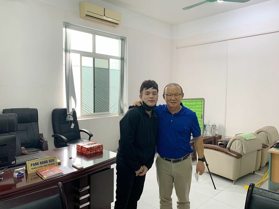 Trợ lý ngôn ngữ Vũ Anh Thắng và HLV Park Hang-seo trong buổi học.