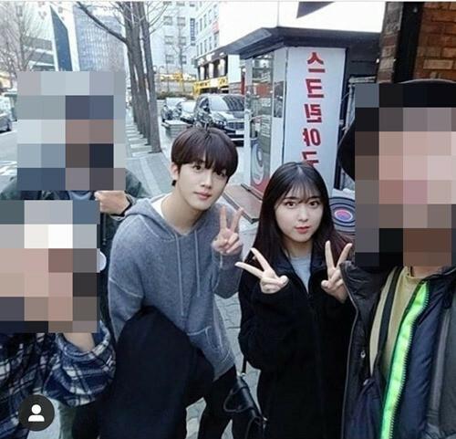 Ahn Seo Hyun chụp ảnh cùng nam chính Yo Han.